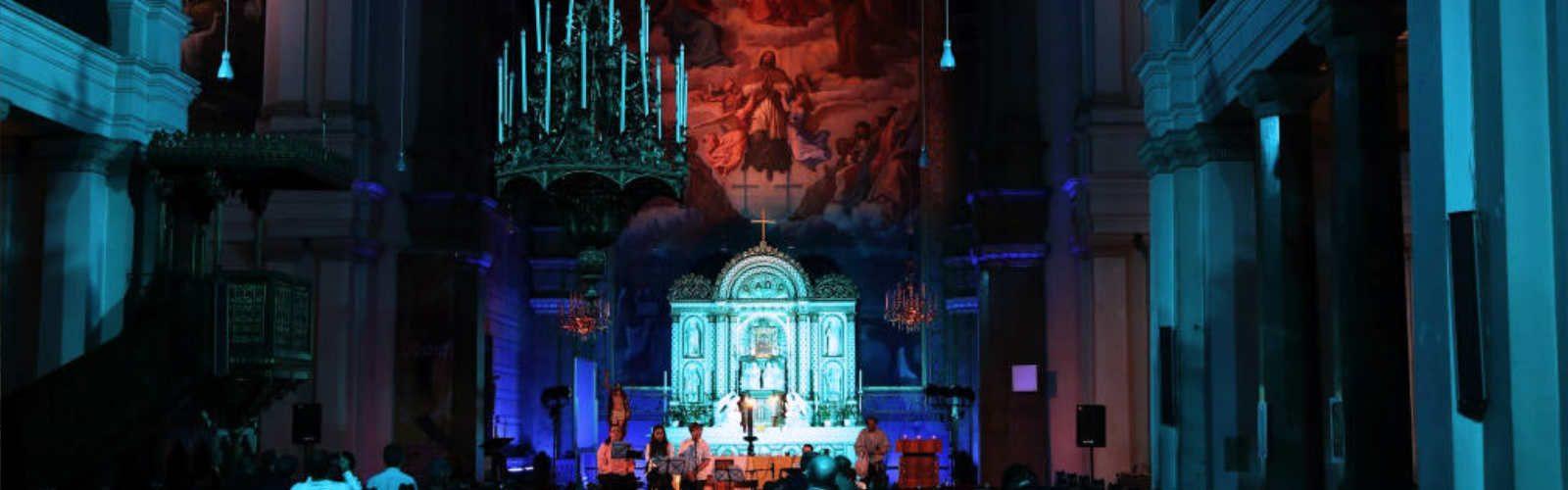 Kircheninnenraum beleuchtet